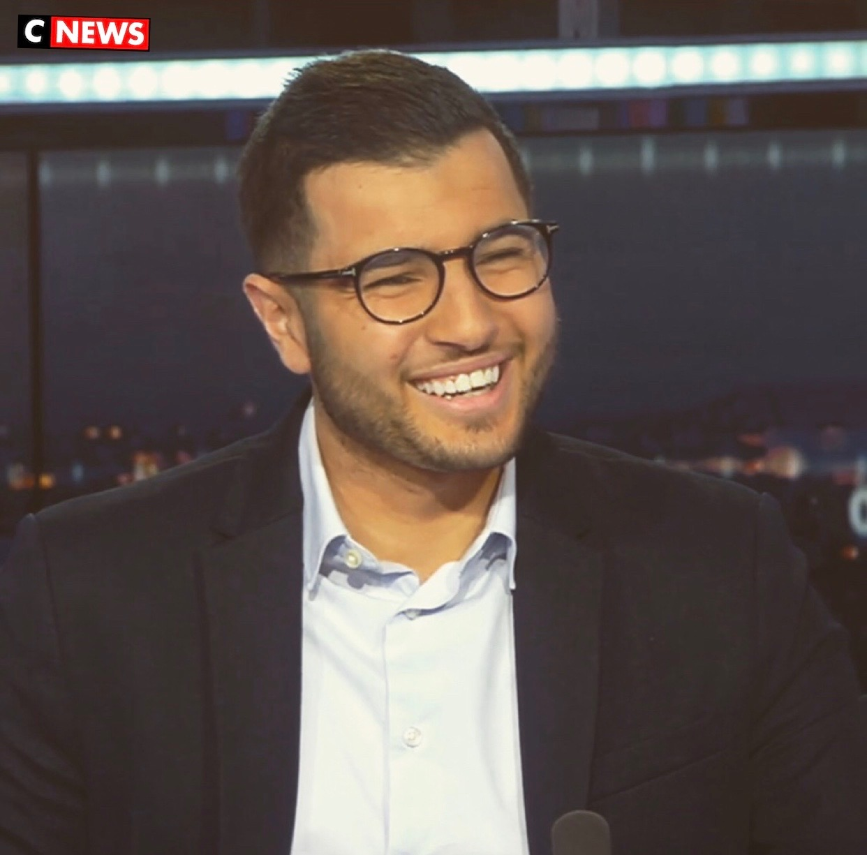 Yanis Djouder, présentateur des journaux des sports à CNEWS